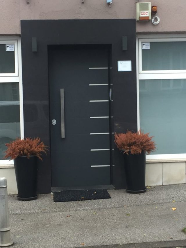 Protuprovalna vrat za kuću plus dekoracije kamenom