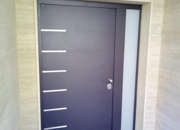 Protuprovalna vrata s bočnim fixerom 024