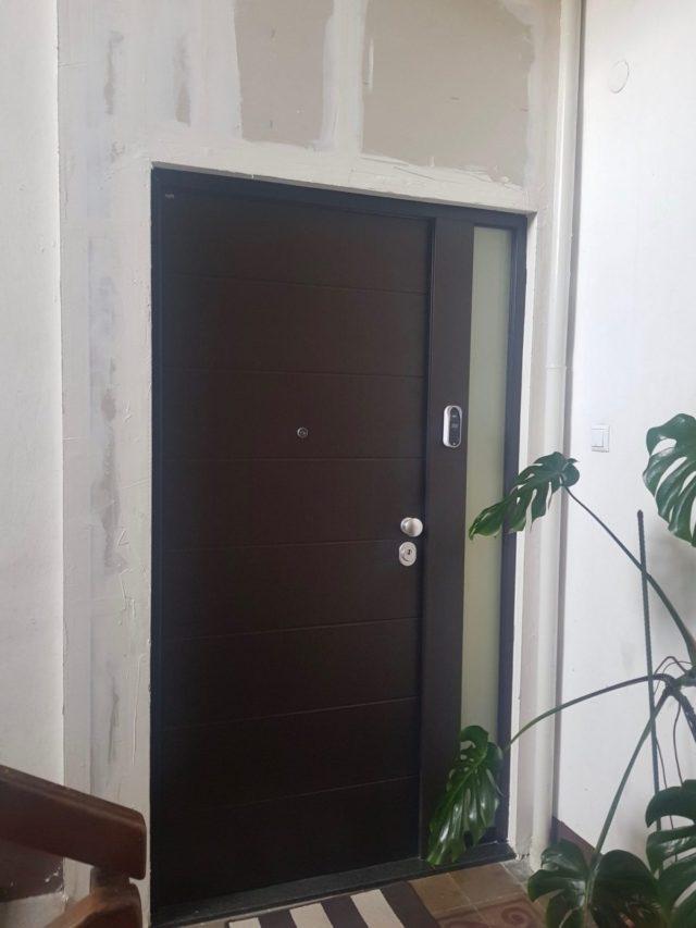 Protuprovalna vrata s bočnim fixerom za stan