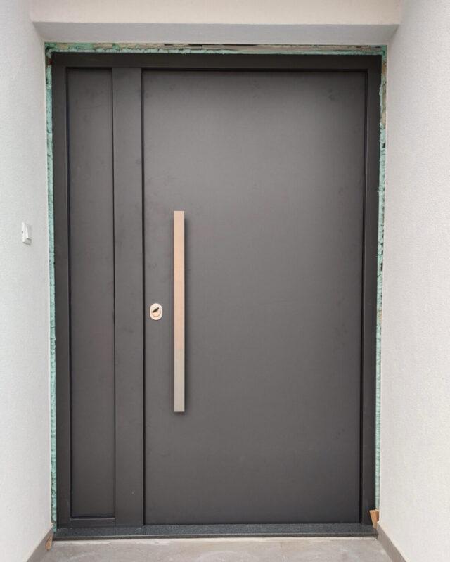 Protuprovalna vrata za kuću s bočnim fixerom